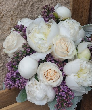 Pretty lilacs, peonies, and roses for the spring bride.